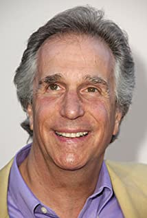 The 72-year old son of father Harry Irving Winkler and mother Ilse Anna Maria Winkler, 168 cm tall Henry Winkler in 2018 photo