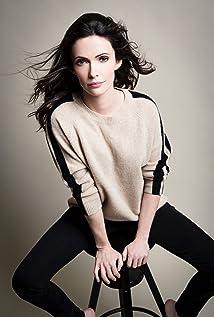 Elizabeth Tulloch Picture