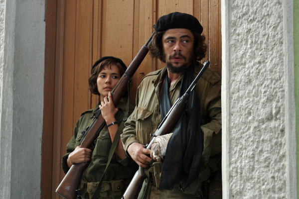 Benicio Del Toro and Catalina Sandino Moreno in Che: Part One (2008)