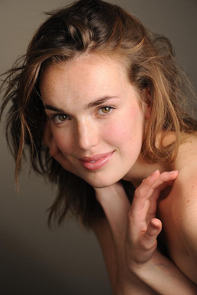 Pictures & Photos of Elizabeth Henstridge - IMDb