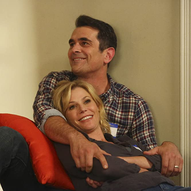Julie Bowen and Ty Burrell in Modern Family (2009)