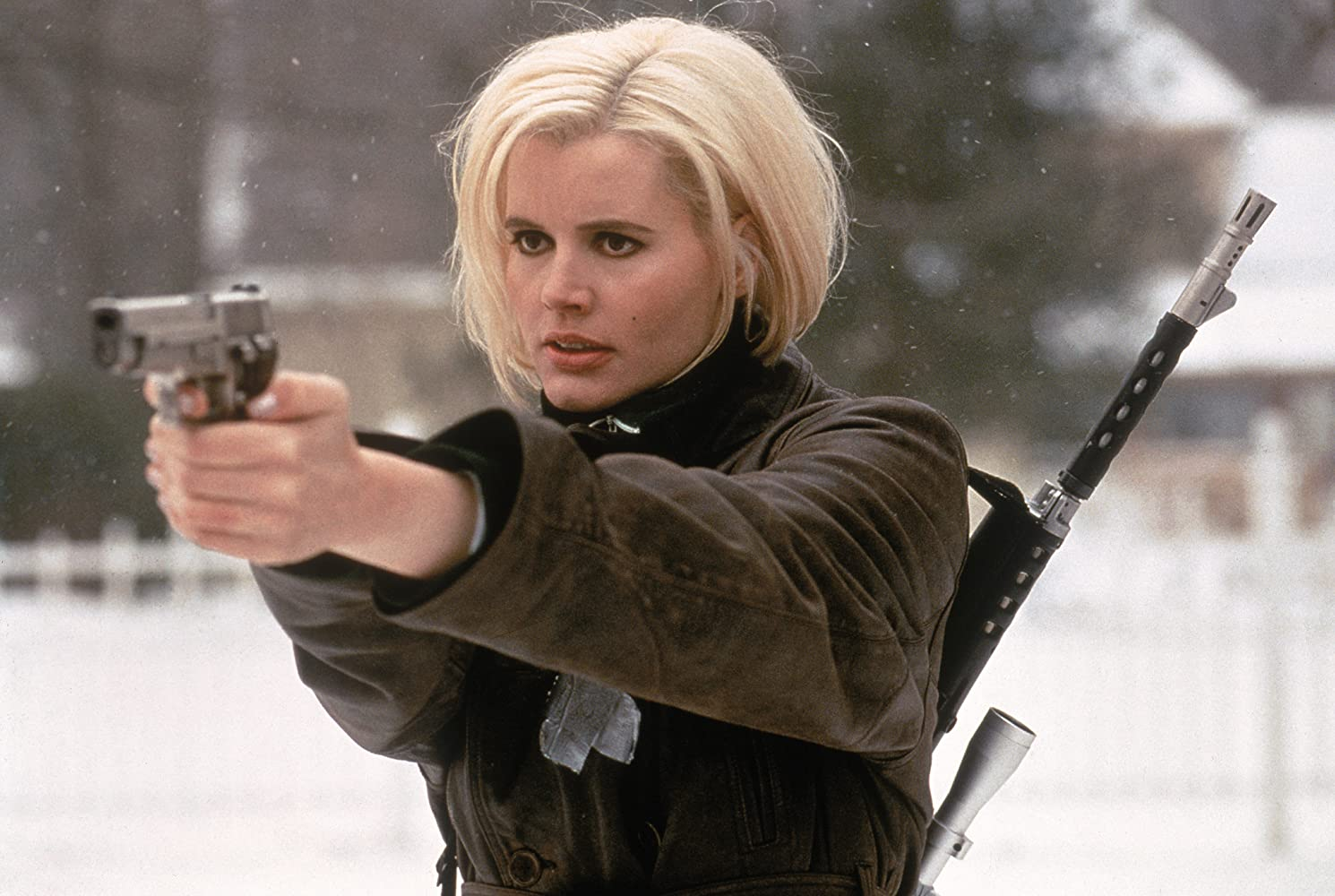 Geena Davis in veste da assassina in una scena del film Spy