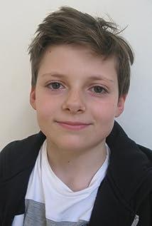 Aktori Louis Ashbourne Serkis