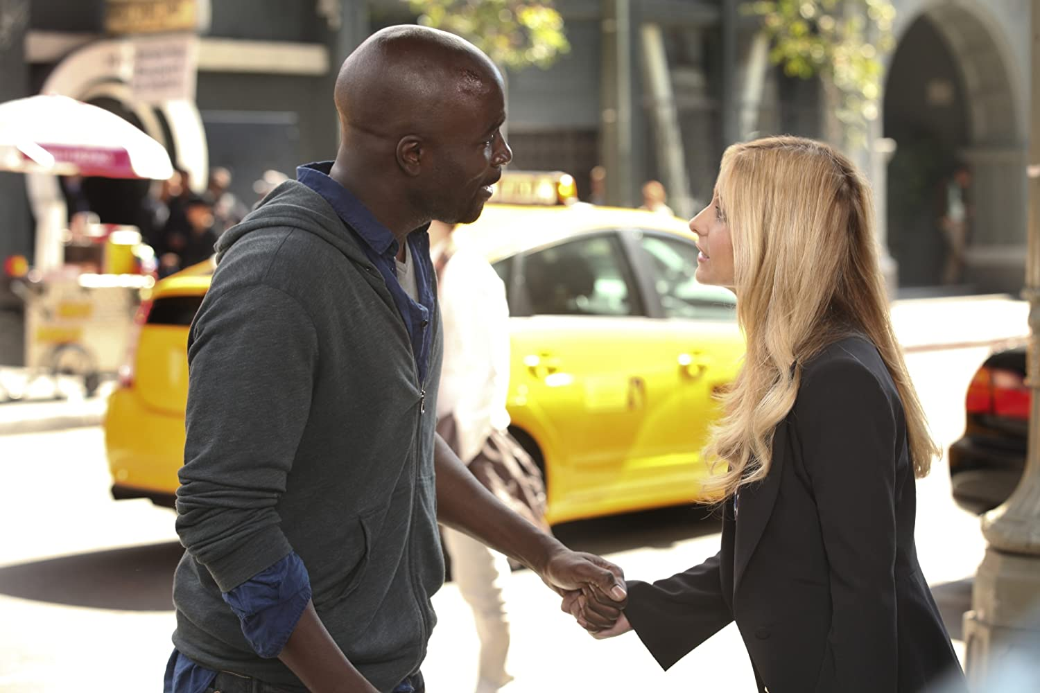 Sarah Michelle Gellar and Mike Colter in Ringer (2011)