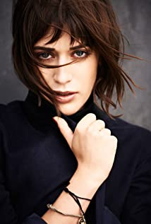 Lizzy Caplan Picture