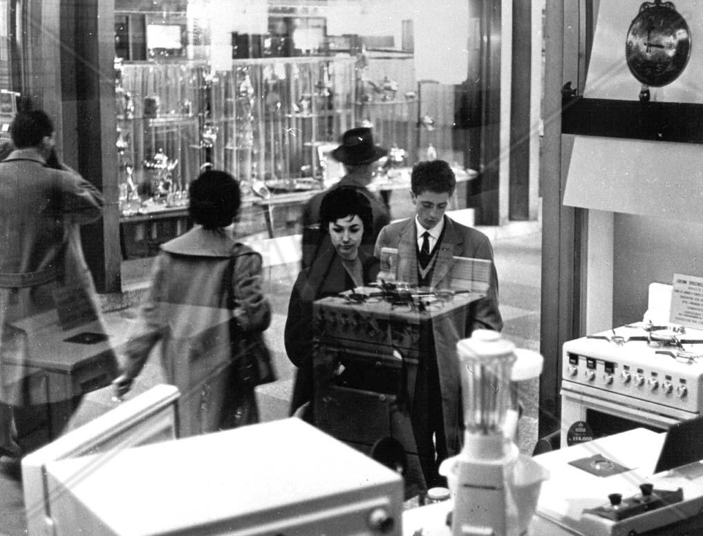 Loredana Detto and Sandro Panseri in Il posto (1961)