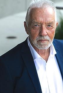 Aktori Worth Howe