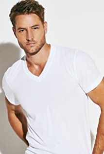 The 41-year old son of father (?) and mother(?), 189 cm tall Justin Hartley in 2018 photo